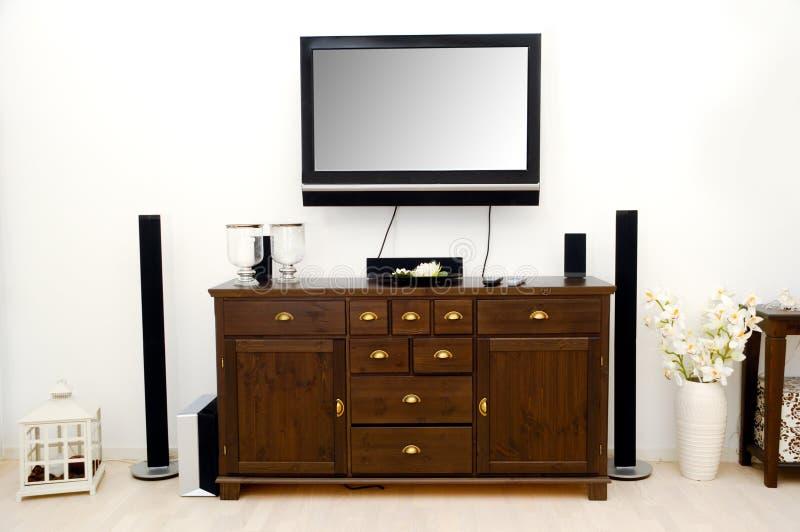 TV en meubilair in ruimte stock afbeeldingen