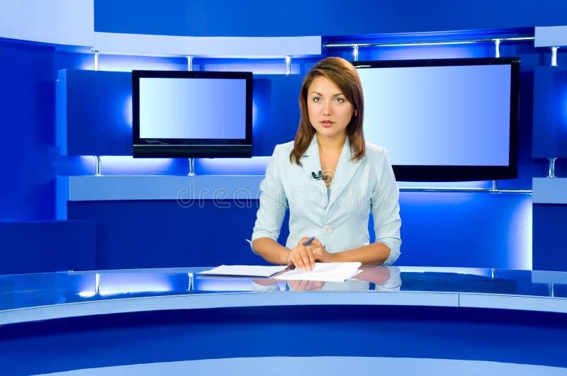 tv för anchorwomanstudiotelevision royaltyfri foto