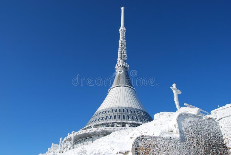 TV góry i nadajnika JeÅ ¡ tÄ› hotelowy d w zimie fotografia royalty free