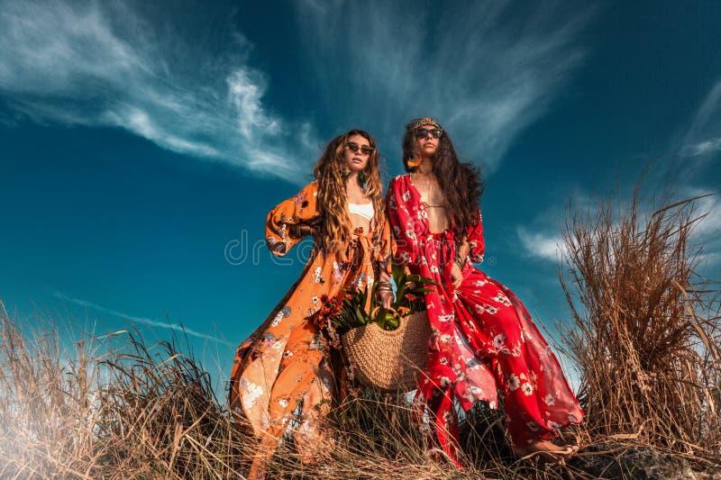 Tv? h?rliga stilfulla bohomodeller utomhus fotografering för bildbyråer