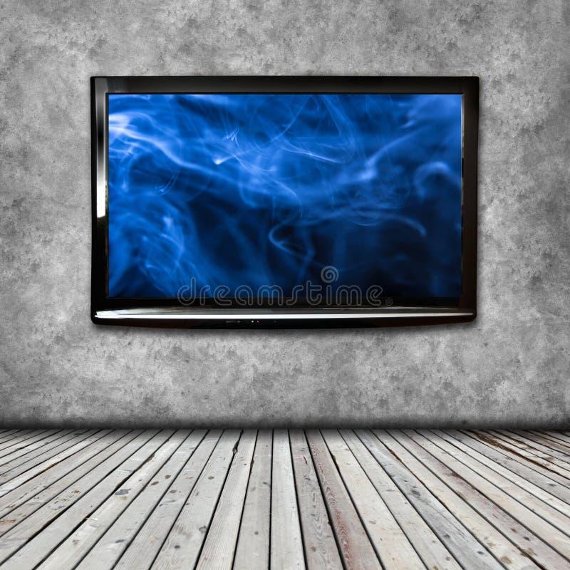 TV 4K på den isolerade väggen royaltyfri foto