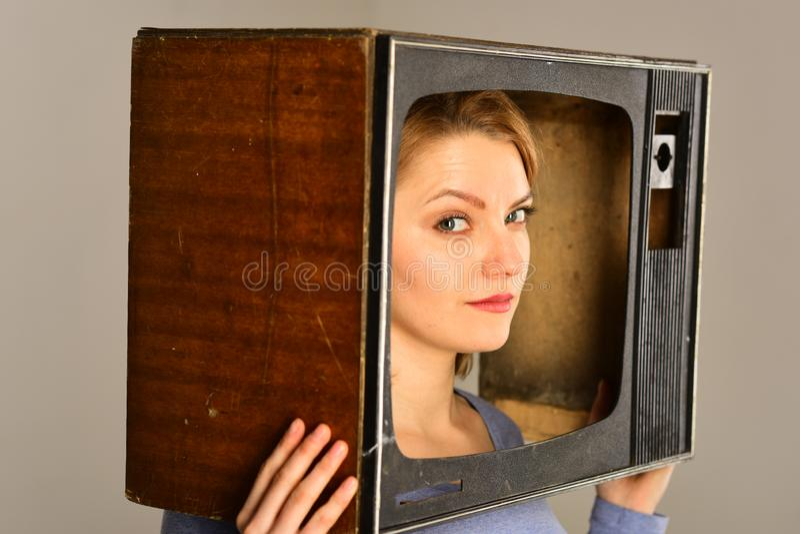 TV-kanal nyheternareporter på TV-kanal TV-kanalbegrepp välj någon TV-kanal Ingenting som intresserar för att hålla ögonen på royaltyfri bild
