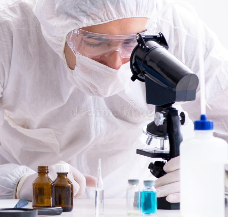 Tv? kemister som arbetar i labbet fotografering för bildbyråer