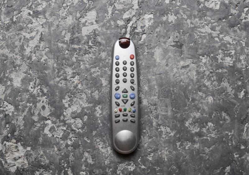 TV kontrola na szarość betonu stole Odgórny widok Pilot do TV domowi urządzenia i elektronika fotografia royalty free