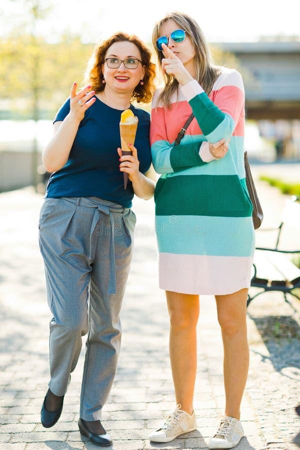 Tv? kvinnor i staden som tillsammans g?r - peka arkivbild