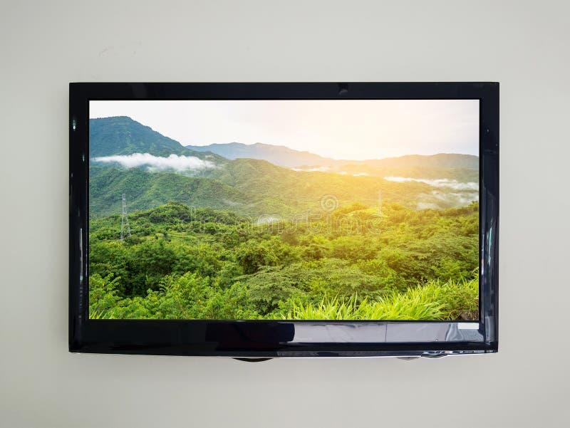 TV llevada en el fondo de la pared fotografía de archivo libre de regalías