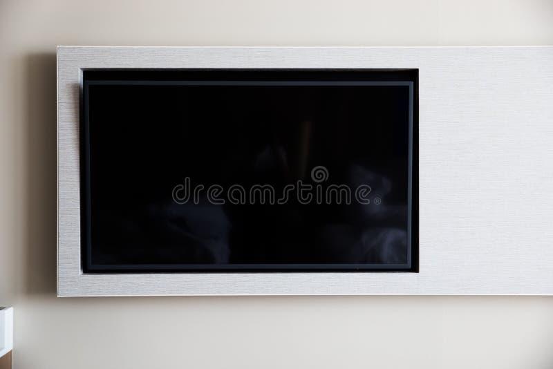 TV na białej ścianie zdjęcia royalty free