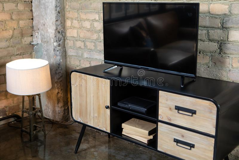 TV nell'interno nel retro stile sul comodino immagini stock libere da diritti