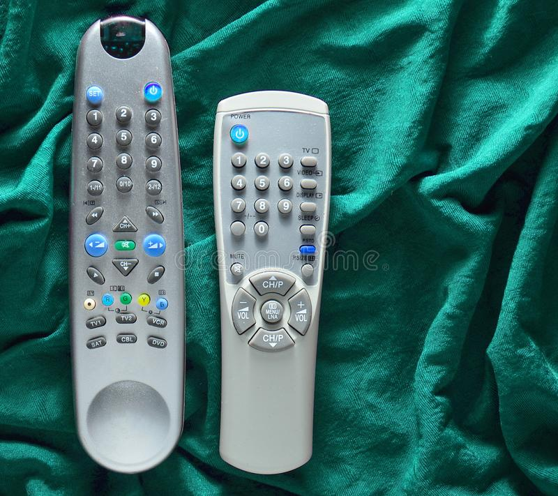 TV piloci do tv na czerwonym jedwabniczym tle obrazy royalty free