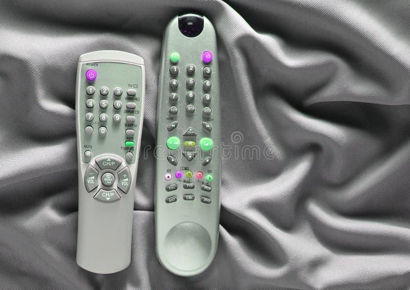 TV piloci do tv na szarym jedwabniczym tle fotografia stock