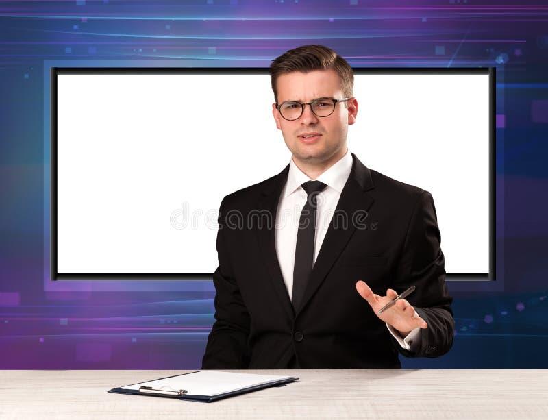 Download Tv-programvärd Med Den Stora Kopieringsskärmen I Hans Baksida Fotografering för Bildbyråer - Bild av utrustning, presentatör: 78730875