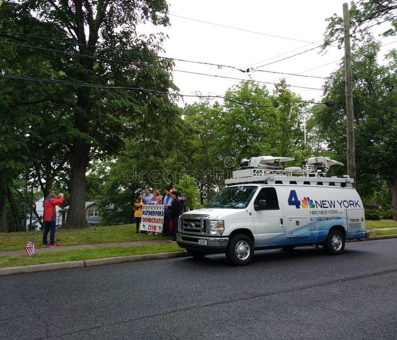 TV sänder nyheternaskåpbilen, NBC 4 New York, Rutherford Democratic Club som var ny - ärmlös tröja, USA arkivfoton