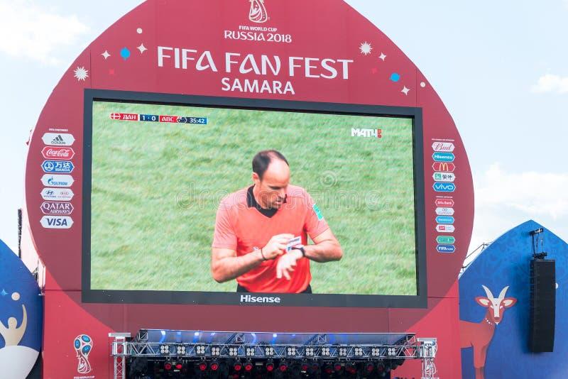 TV-sändning av matchen Danmark-Australien på skärmen i fanzonen av världscupen 2018 royaltyfria foton