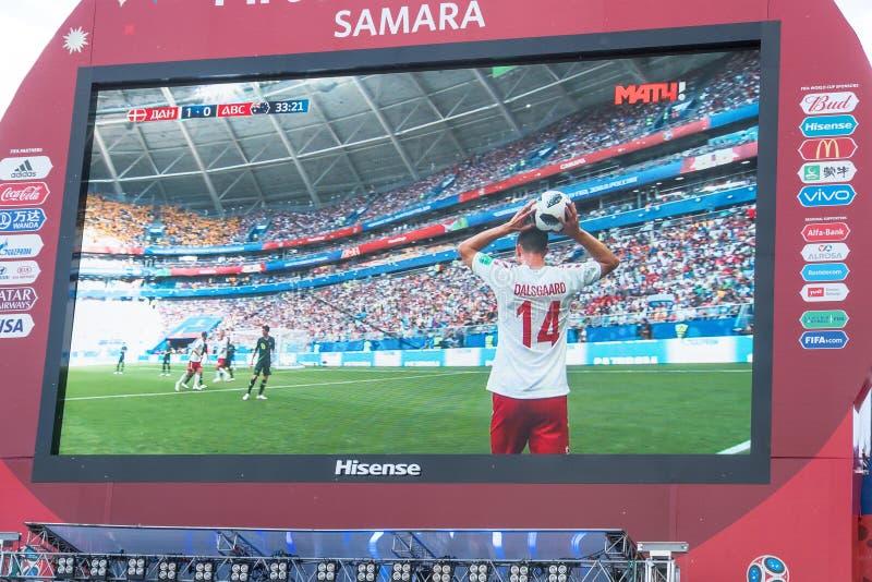 TV-sändning av matchen Danmark-Australien på skärmen i fanzonen av världscupen 2018 fotografering för bildbyråer
