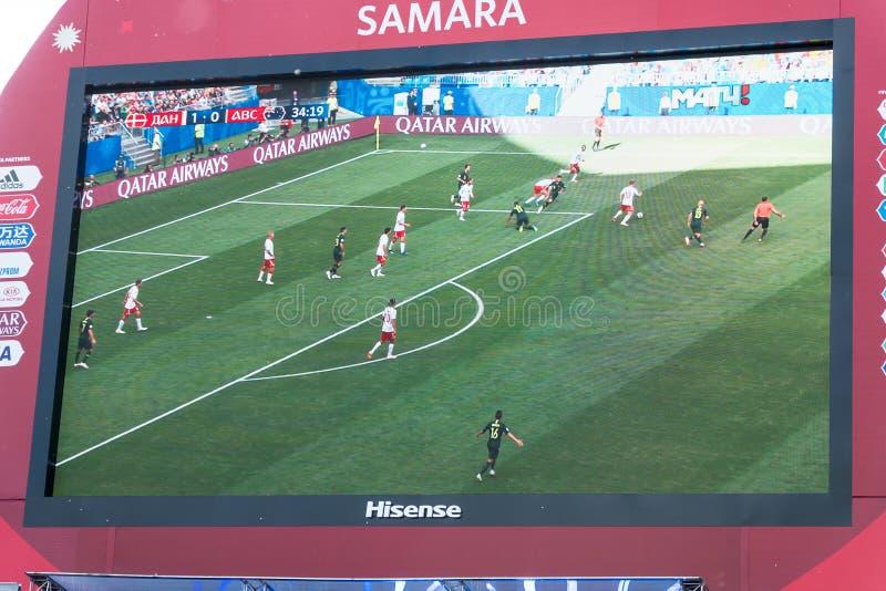 TV-sändning av matchen Danmark-Australien på skärmen i fanzonen av världscupen 2018 arkivfoton