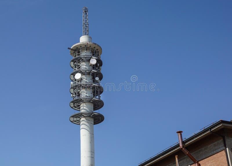 TV-sändningtorn på byggnad Antenn och system för kommunikation fotografering för bildbyråer