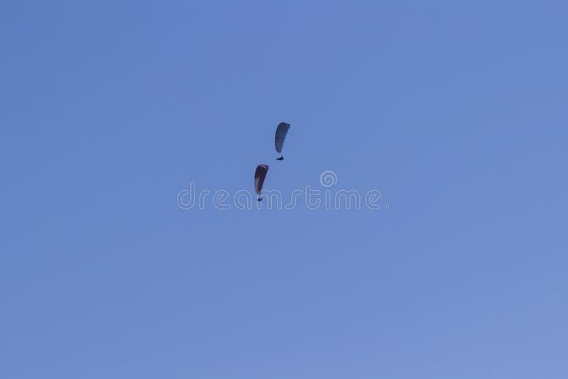 Tv? skydivers mot en bl? himmel arkivfoton