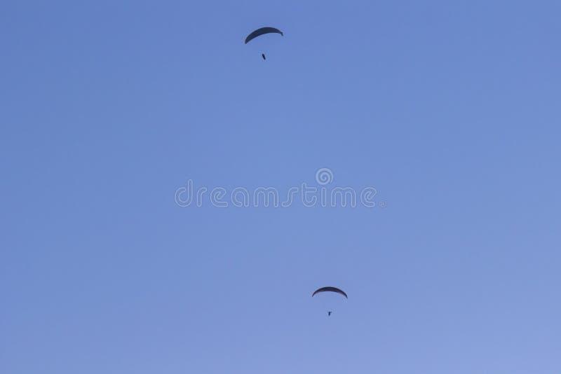 Tv? skydivers mot en bl? himmel royaltyfri bild