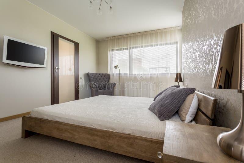 TV in slaapkamer stock foto. Afbeelding bestaande uit avond - 76574752