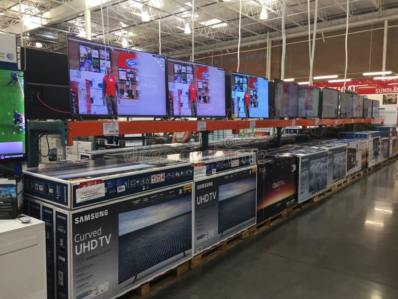 TV sur l'affichage dans un magasin de Costco image libre de droits