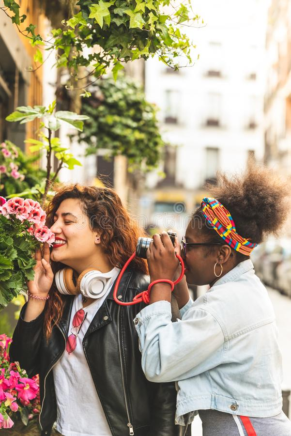 Tv? ton?rs- flickor som luktar blommor royaltyfria bilder