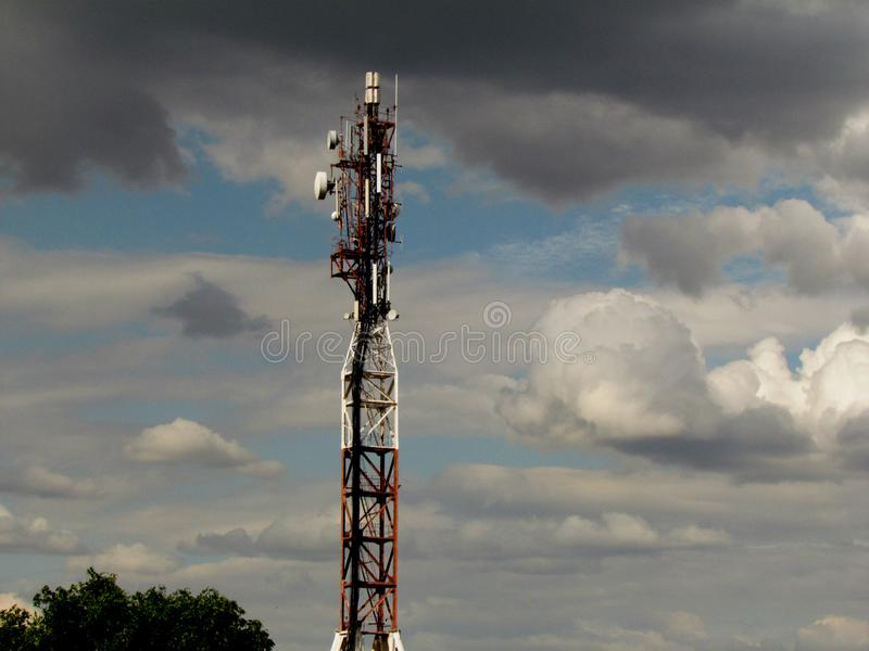 TV-toren tegen de avondhemel stock afbeelding