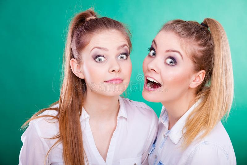 Tv? unga kvinnor som ser chockade arkivbilder