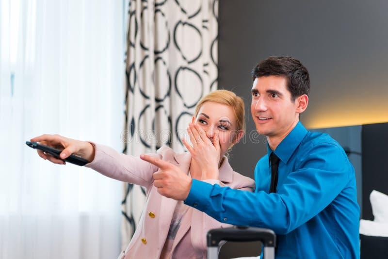 TV van de paaromschakeling met afstandsbediening in hotelruimte royalty-vrije stock foto