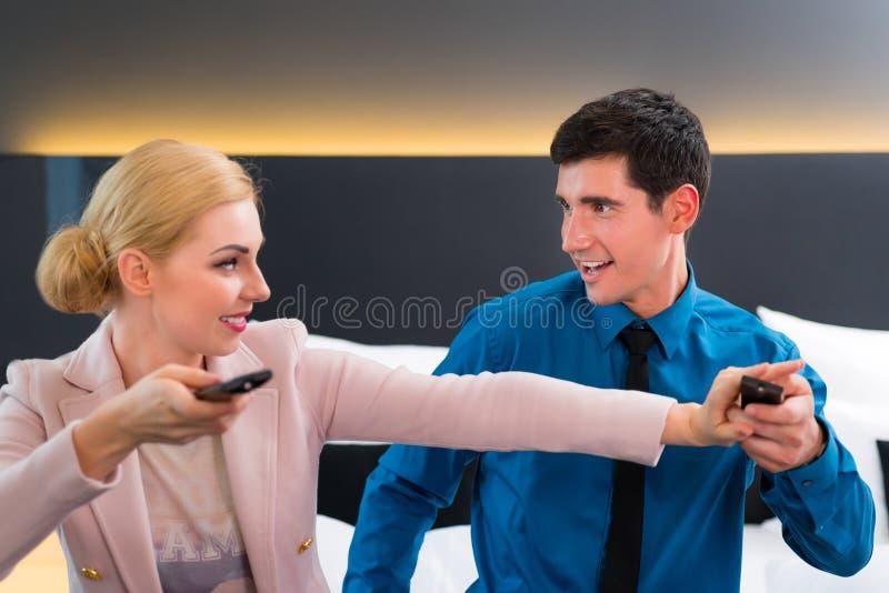 TV van de paaromschakeling met afstandsbediening in hotelruimte stock fotografie
