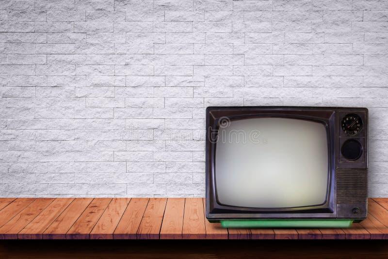 TV vieja en la tabla de madera imagen de archivo