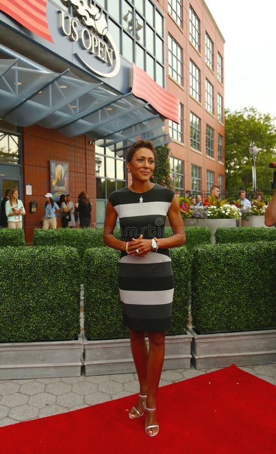 TV zakotwicza rudzika Roberts przy czerwonym chodnikiem przed us open 2013 dni premierych ceremonia zdjęcia stock