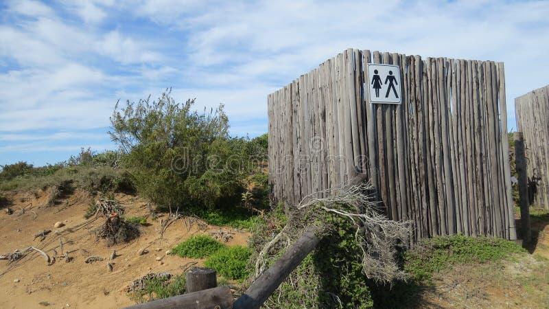 Tvagning och toaletter i buske och natur fotografering för bildbyråer