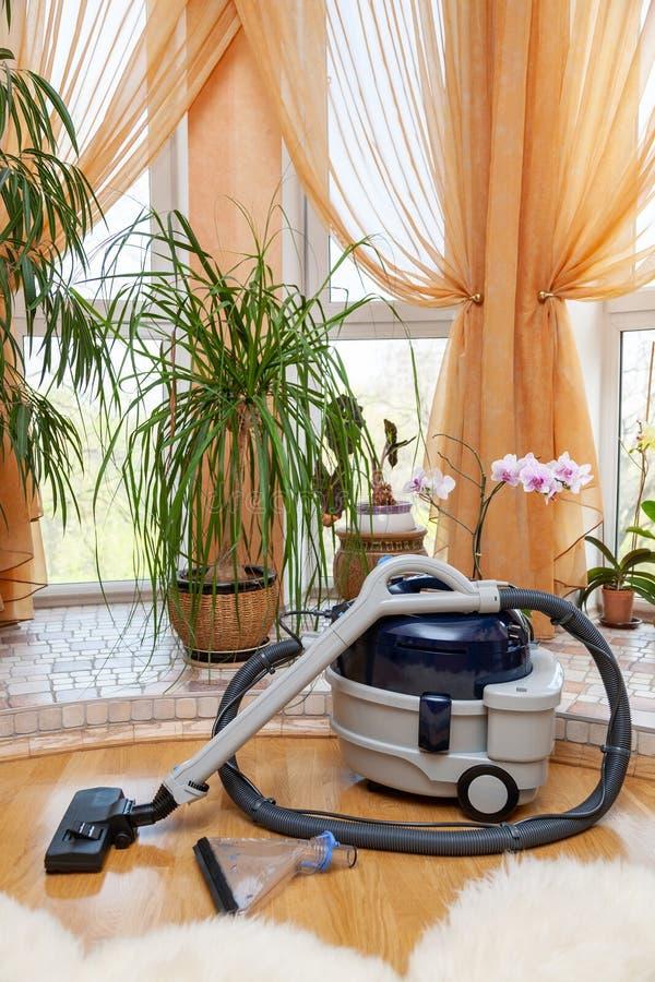 Tvagningdammsugare för hem- bruk på golvet i lägenheten royaltyfri fotografi