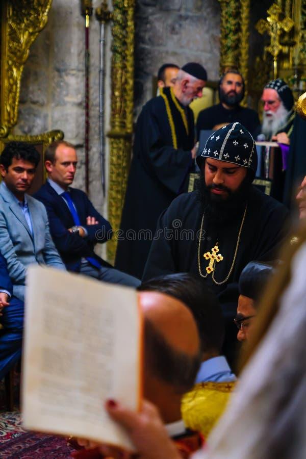 Tvagningen av fotceremonin, i den syrianska ortodoxSten markerar c royaltyfri foto