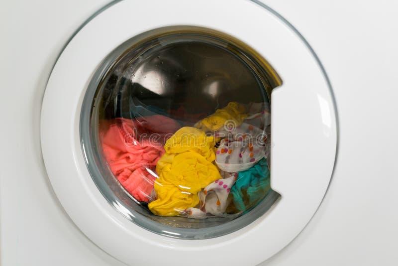 Tvagningmaskinen tvättar kläder royaltyfri foto