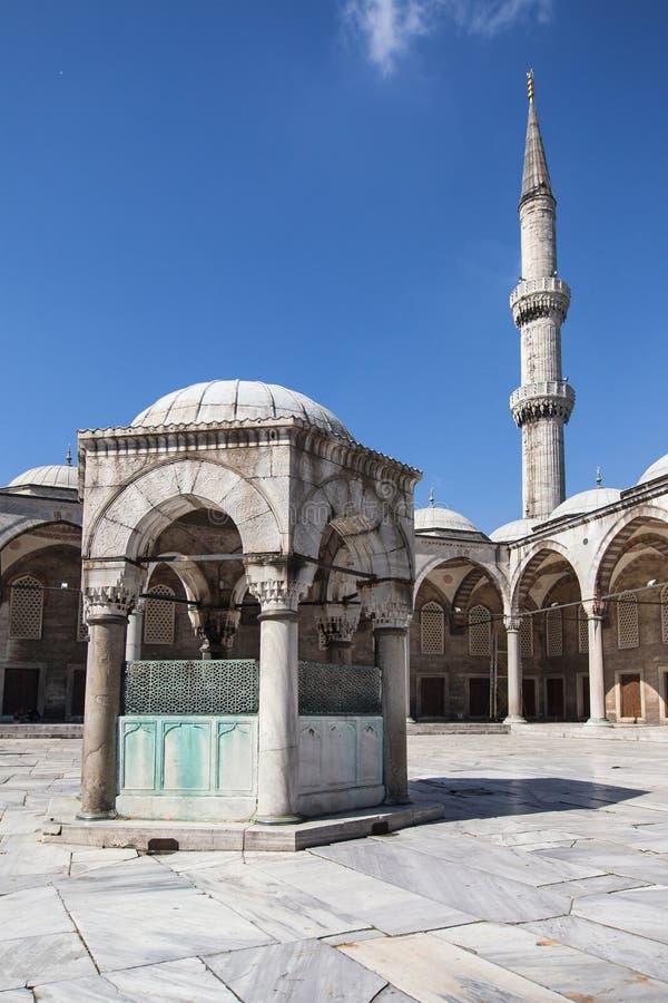 Tvagningspringbrunn och minaret av den blåa moskén arkivfoton