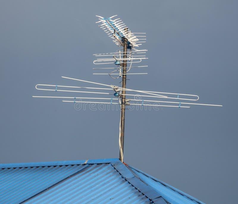 TVantenn på taket av huset royaltyfri foto