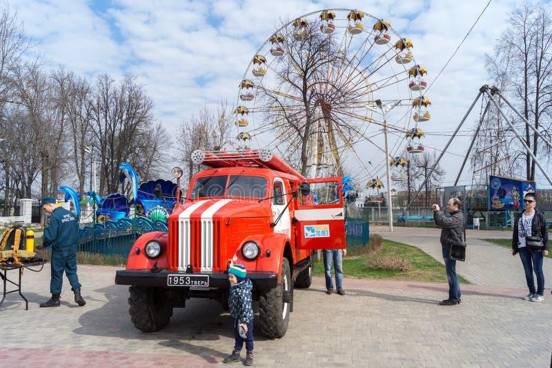 Tver, Rússia - abril, 30, 2016: festival da proteção contra incêndios em c foto de stock