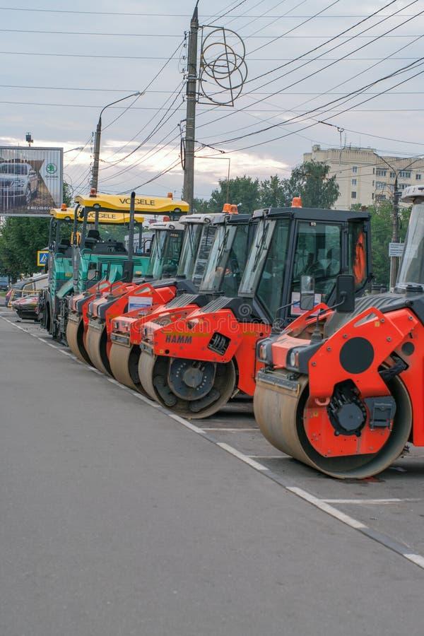 Tver Rosja, Wrzesień, - 11, 2017: budowa drogi wyposażenie na ulicie obraz stock