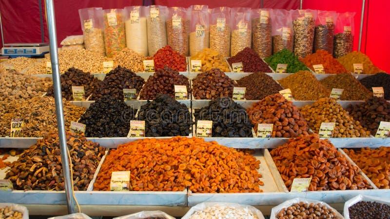 Tver, Rusland - Oktober 7, 2015: Verkopende droge vruchten en notenmarkt stock afbeeldingen