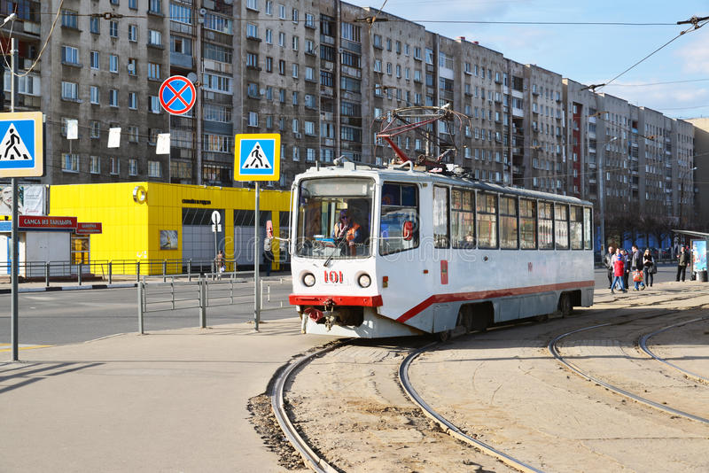 Tver', Russia - possono 07 2017 un itinerario di 5 tram alla stazione ferroviaria di arresto fotografie stock