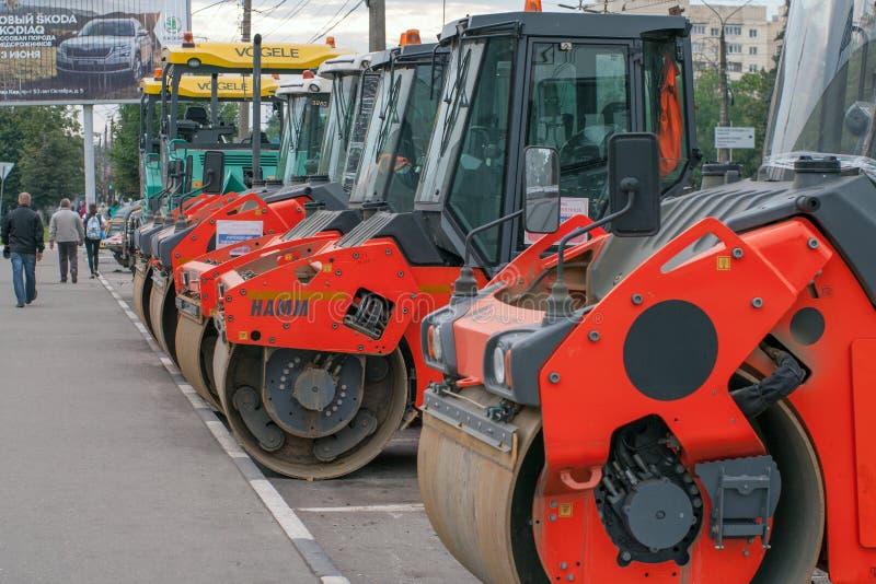 Tver, Russland - 11. September 2017: leistungsfähige Straßenbauausrüstung auf dem Bau einer Landstraße stockbild