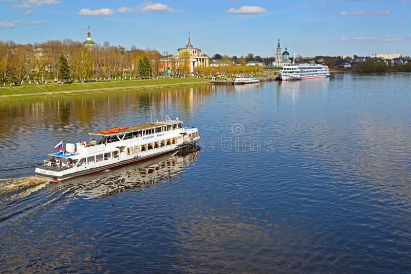 Tver Ryssland - kan 07 2017 Nöjefartyg Vladimir Ershov av detVolga företaget arkivbild
