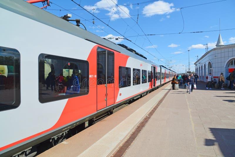 Tver Ryssland - kan 07 2017 Snabbt drev Lastochka i station arkivfoto