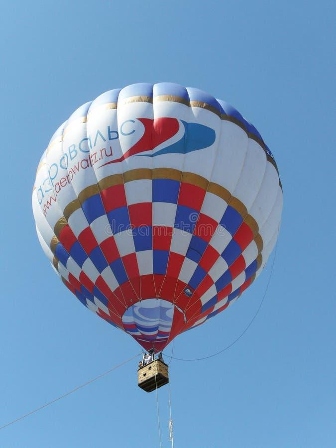 Tver Ryssland - Maj 25, 2013: Ballongen för varm luft med en korg stiger i blå himmel royaltyfria foton