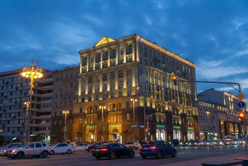 Tverskaya ulica przy nighttime z dziejowymi budynkami w Moskwa, Rosja zdjęcia stock