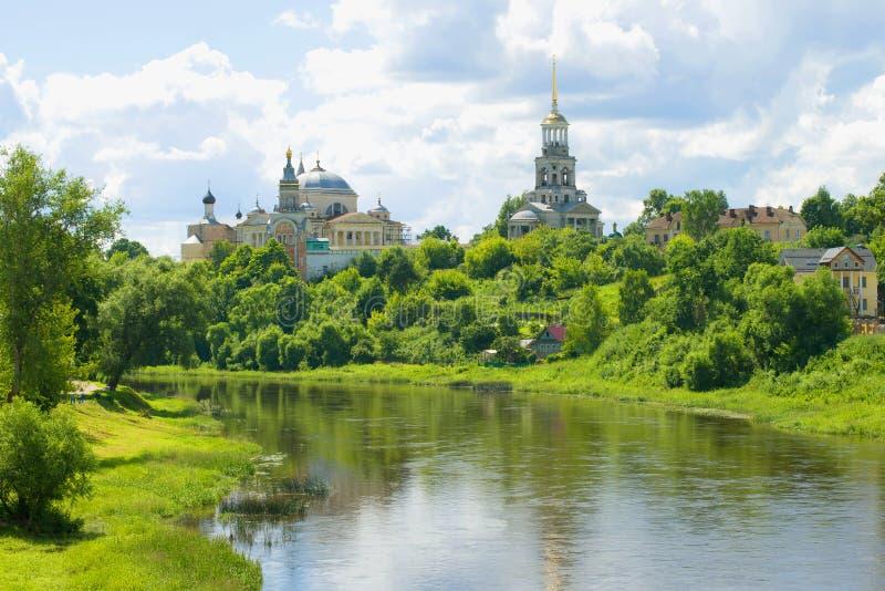 Tvertsa flod och Borisoglebsky kloster på en solig Juli dag Torzhok Ryssland royaltyfria bilder
