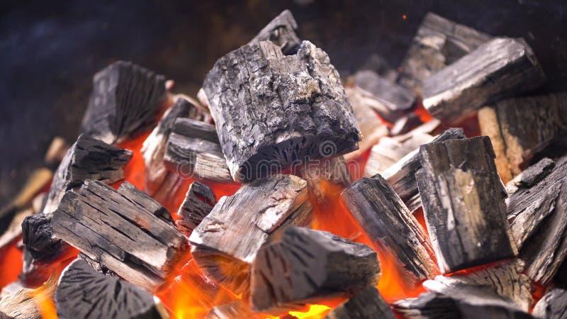 TView dos carvões amassados flamejantes quentes do carvão vegetal que incandescem no poço da grade do BBQ Carvões ardentes para c fotografia de stock royalty free