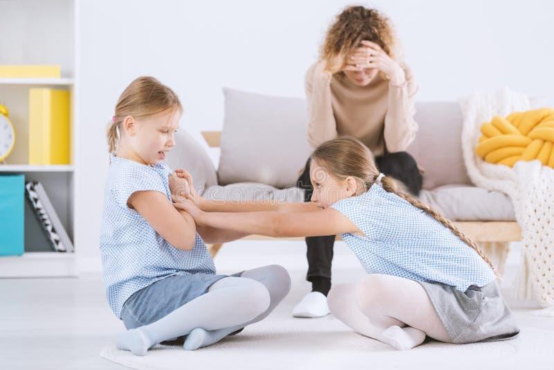 Tvilling- argumentera för flickor arkivfoto