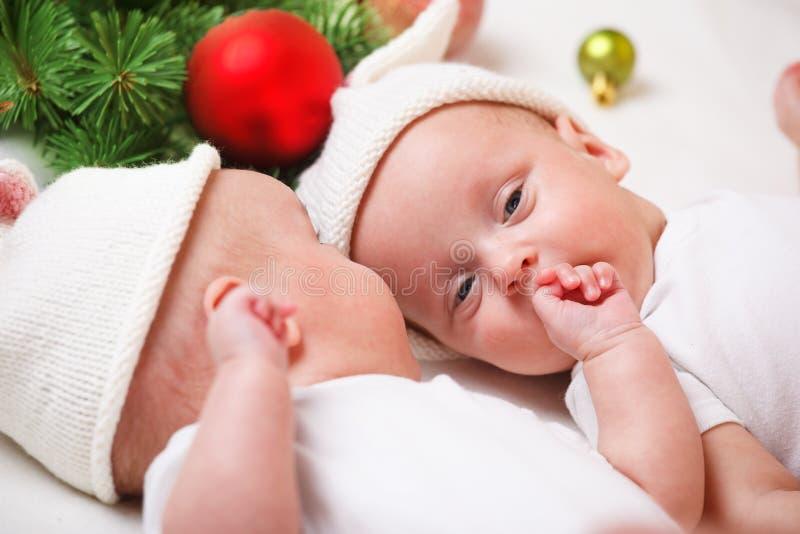 Tvilling- behandla som ett barn fotografering för bildbyråer